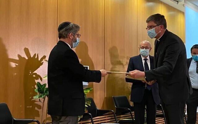 Haïm Korsia, grand rabbin de France, reçoit de la part des évêques de France une déclaration contre l'antisémitisme, le 1er février 2020. (Crédit : Twitter)