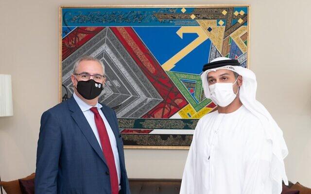 Mohammad Mahmoud Al Khajah, premier ambassadeur des EAU en Israël (à droite), rencontre Eitan Na'eh, chef de la mission israélienne aux EAU. (Crédit : Twitter)