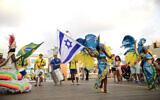 Illustration : des danseurs de samba brésiliens se produisent à Tel-Aviv pour célébrer les Jeux olympiques d'été de Rio le 7 août 2016. (Crédit ; Tomer Neuberg/Flash90)