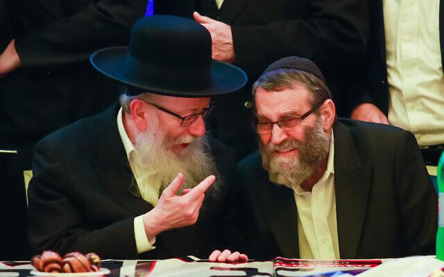 Yaakov Litzman (à gauche), président du parti Yahadout HaTorah et ministre de la Santé, et Moshe Gafni, membre du parti, se rendent au siège du parti le soir des élections à Givat Shmuel, le 2 mars 2020. (Roy Alima/ Flash90)