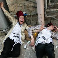 Les gens célèbrent la fête de Pourim dans le quartier ultra-orthodoxe de Mea Shearim à Jérusalem, le 11 mars 2020. (Crédit : Olivier Fitoussi/Flash90)
