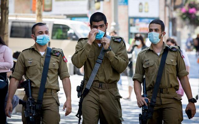 Des soldats israéliens portant des masques de protection marchent dans la rue Jaffa à Jérusalem, le 23 juin 2020. (Nati Shohat/Flash90)