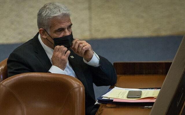 Le député Yair Lapid lors d'une session plénière de la Knesset à Jérusalem, le 24 août 2020. (Crédit : Oren Ben Hakoon/POOL)