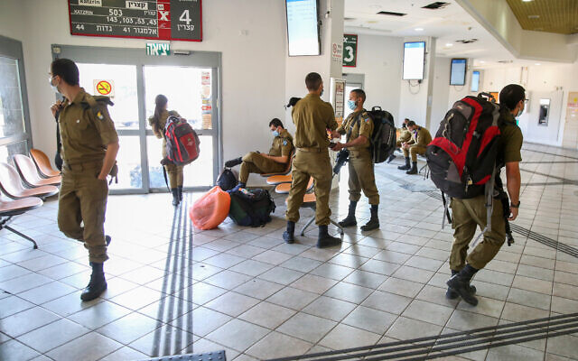 Des soldats israéliens dans le centre commercial vide de Haute-Galilée, à Hatzor Haglilit, le 10 janvier 2021. (Crédit : David Cohen/Flash90)
