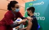 Un étudiant israélien reçoit une injection de vaccin COVID-19, dans un centre de vaccination de Tel Aviv, le 23 janvier 2021. (Crédit : Avshalom Sassoni / Flash90)