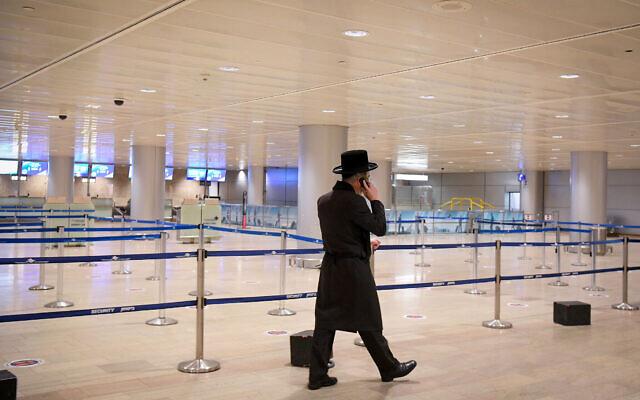 Photo d'illustration : Un homme marche dans l'aéroport international Ben-Gurion presque vide, le 24 janvier 2021. (Crédit : Flash90)