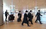 Des Israéliens ultra-orthodoxes arrivent à l'aéroport Ben-Gurion près de Tel Aviv, le 25 janvier 2021. (Crédit : Yossi Aloni/Flash90)
