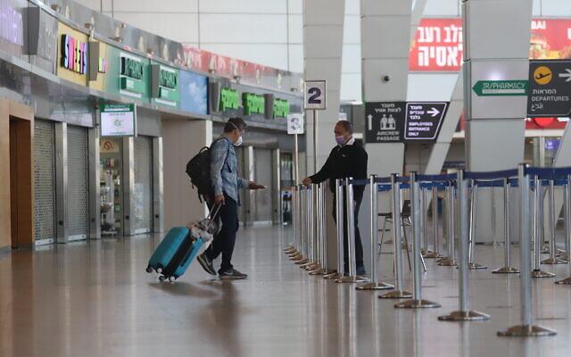 Le hall des départs presque vide à l'aéroport Ben-Gurion, le 25 janvier 2021. (Crédit : Yossi Aloni/Flash90)