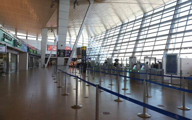 Le hall des départs à l'aéroport international Ben Gurion presque vide, près de Tel Aviv, le 25 janvier 2021. (Crédit : Yossi Aloni/Flash90)
