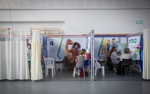 Des Israéliens dans un centre de vaccination géré par le service de santé Clalit à Petah Tikva, le 27 janvier 2021. (Miriam Alster/Flash90)