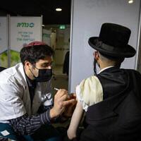 Un Haredi se fait vacciner contre la COVID-19 dans un centre de vaccination Clalit de Jérusalem, le 28 janvier 2021. (Crédit : Olivier Fitoussi/Flash90)