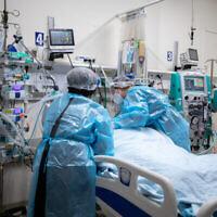Un malade de la COVID-19 reçoit la visite de sa famille à l'hôpital Ein Kerem à Jérusalem, le 1er février 2021. (Crédit : Olivier Fitoussi/Flash90)