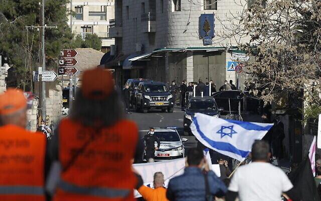 Des manifestants devant le tribunal de district de Jérusalem, alors que le Premier ministre Benjamin Netanyahu arrive pour son procès au tribunal de district, le 08 février 2021 (Crédit :Olivier Fitoussi/Flash90)