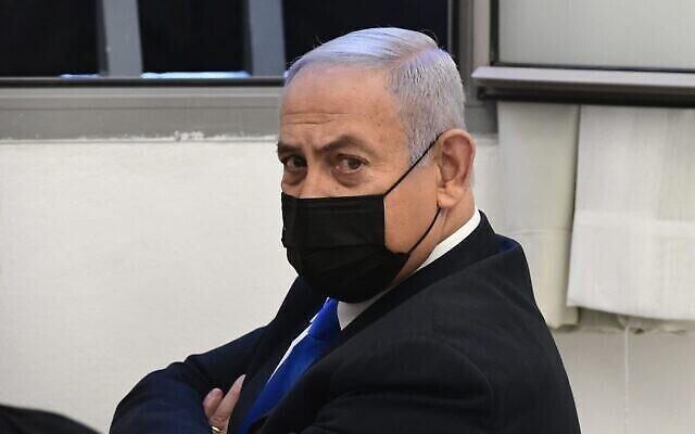 Le Premier ministre Benjamin Netanyahu lors de l'audience de son procès pour corruption au tribunal de district de Jérusalem, le 8 février 2021. (Crédit : Reuven Castro/Pool)