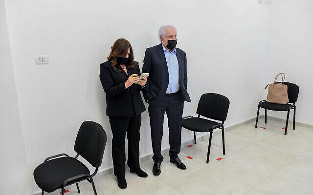 L'homme d'affaires israélien Shaul Elovitch et sa femme Iris arrivent au tribunal de district de Jérusalem pour une audience, le 8 février 2021. (Crédit : Reuven Kastro/POOL)