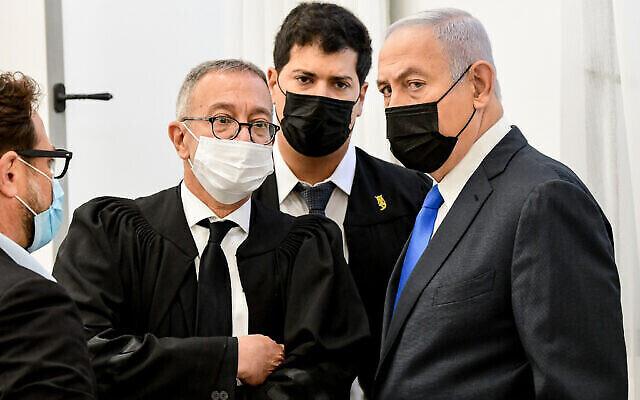 Le Premier ministre Benjamin Netanyahu (à droite) au tribunal de district de Jérusalem le 8 février 2021. À la gauche de Netanyahu se trouve l'avocat Boaz Ben-Tzur. (Reuven Kastro/Pool)