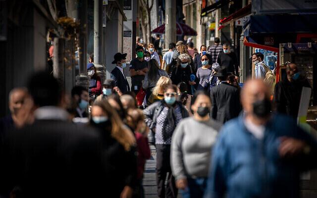 Des gens marchent sur Jaffa Street à Jérusalem, le 11 février 2021. (Crédit :Yonatan Sindel/Flash90)