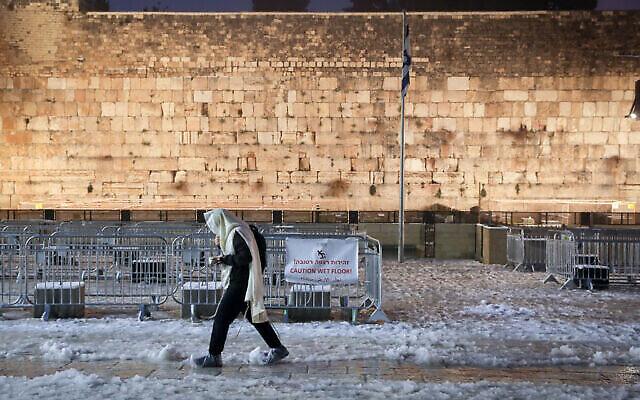 Le mur des lamentations enneigé dans la Vieille Ville de Jérusalem, le 18 février 2021. (Nati Shohat / Flash90)