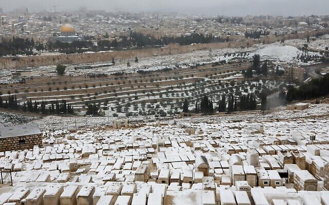 Le Mont des Oliviers recouvert de neige avec la Vieille Ville de Jérusalem en arrière-plan, le 18 février 2021. (Nati Shohat / Flash90)