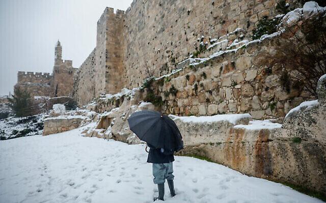 La tour de David enneigée dans la Vieille Ville de Jérusalem, le 18 février 2021. (Olivier Fitoussi / Flash90)