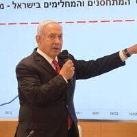 Le Premier ministre Benjamin Netanyahu et le ministre de la Santé Yuli Edelstein (à droite) lors d'une conférence de presse à Ramat Gan, le 24 février 2021. (Crédit : Amos Ben Gershon / GPO)
