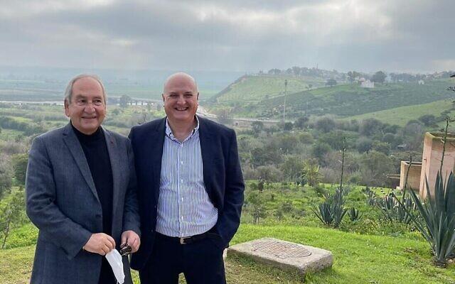 L'envoyé d'Israël au Maroc David Govrin (à droite) avec David Toledano, chef de la communauté juive à Rabat, en janvier 2021. (Ministère des Affaires étrangères)