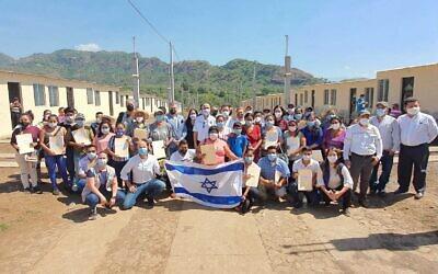 La cérémonie qui a eu lieu après la réalisation par l'ambassade israélienne au Guatemala du projet de construction d'habitations en direction des victimes de l'éruption, en 2018, du volcan Fuego, le 31 janvier 2021. (Autorisation)