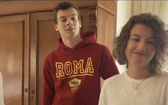 Marloes Sonnenveld, à droite, avec son frère à Rosh Hanikra, en janvier 2021. (Capture d'écran : Kan via JTA)