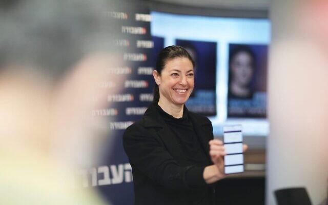 La dirigeante du Parti travailliste, Merav Michaeli, vote lors des primaires du parti le 1er février 2021. (Autorisation du Parti travailliste)