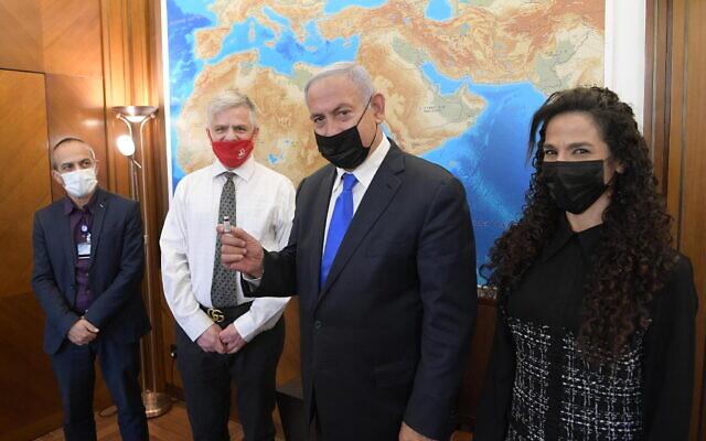 Le Premier ministre Benjamin Netanyahu  rencontre le professeur Nadir Arber à Jérusalem, le 8 février 2021. (Crédit : Amos Ben-Gershom/Israeli Government Press Office)