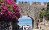 Touristes se promenant le long des vieux murs de la ville de Rhodes, près de la place des Martyrs juifs. (Gavin Rabinowitz/JTA)