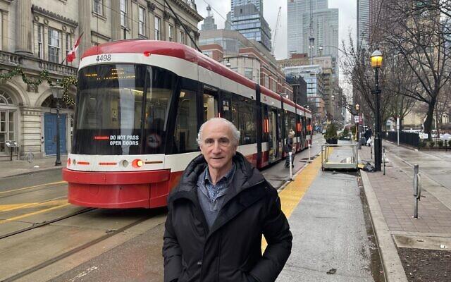 Robert Rotenberg sur King Street East, près de son bureau du centre-ville de Toronto au mois de janvier 2021. (Crédit : Robert Sarner)