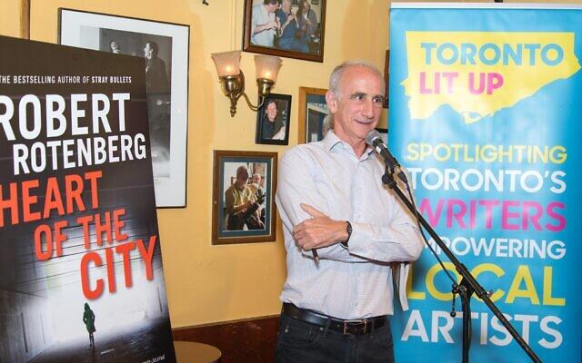 """L'auteur Robert Rotenberg s'exprime lors du lancement de son cinquième livre, """"Heart of the City"""", à Toronto, en août 2017. (Crédit : Ted Feld)"""