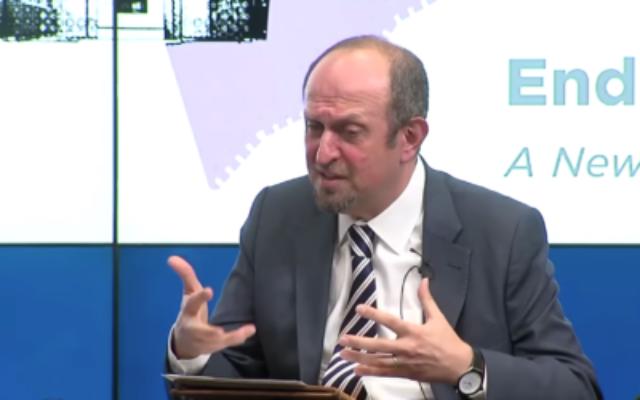 Hady Amr, sous-secrétaire d'État adjoint américain aux affaires israéliennes et palestiniennes, s'exprime le 3 décembre 2018 au Brookings Institute. (Capture d'écran/YouTube)