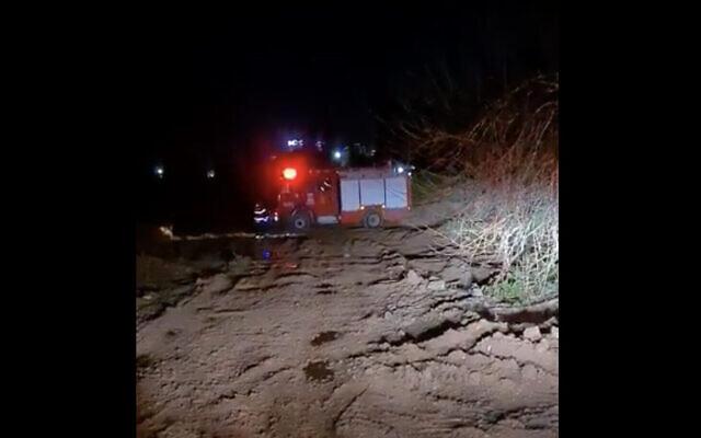 Un camion de pompiers près d'un cimetière à Beit Yehoshua, où le corps d'une femme a été retrouvé dans le coffre d'une voiture en feu, le 16 février 2021. (Crédit : Treizième chaîne)