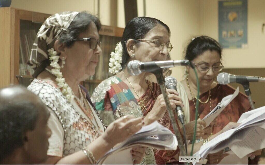 Des femmes de Bene Israel exécutent des kirtans au programme de l'AJDC à Mumbai, 2016. (Surabhi Sharma)