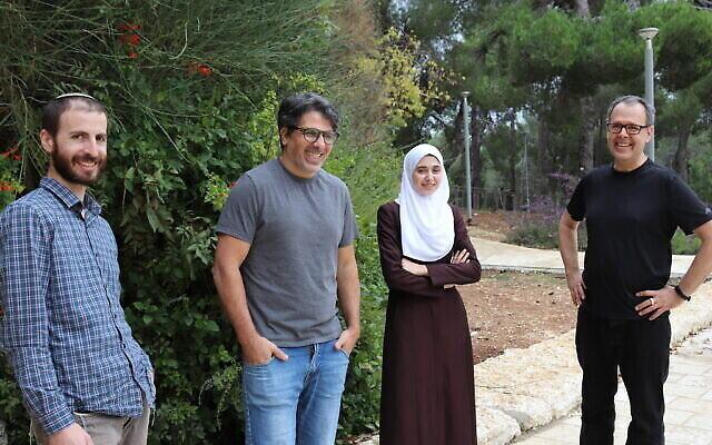 L'équipe à l'origine de la nouvelle recherche sur les tests sanguins du cancer (de gauche à droite) : Gavriel Fialkoff, Dr Ronen Sadeh, Dr Israa Sharkia et Prof. Nir Friedman. (Crédit : Université hébraïque de Jérusalem)