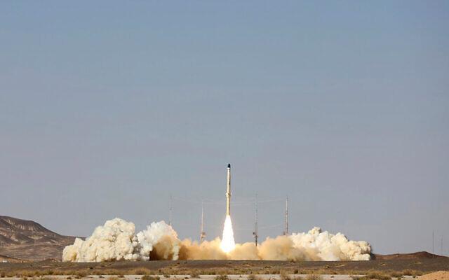 Le lancement de la nouvelle fusée porte-satellite iranienne «Zoljanah», dans un lieu non divulgué, en Iran, le 1er février 2021. (Site officiel du ministère iranien de la Défense via AP)