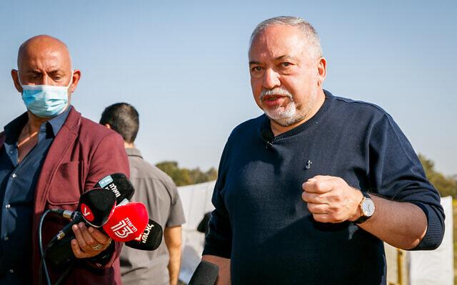 Le dirigeant de Yisrael Beytenu Avigdor Lieberman en visite à Ashdod après des affrontements entre la police et les ultra-orthodoxes au sujet des mesures de confinement entraînées par le coronavirus, le 12 janvier 2021. (Crédit :  (Flash90)