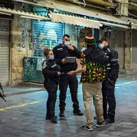 La police patrouille au marché Mahane Yehuda de Jérusalem. (Crédit : Olivier Fitoussi/Flash90)