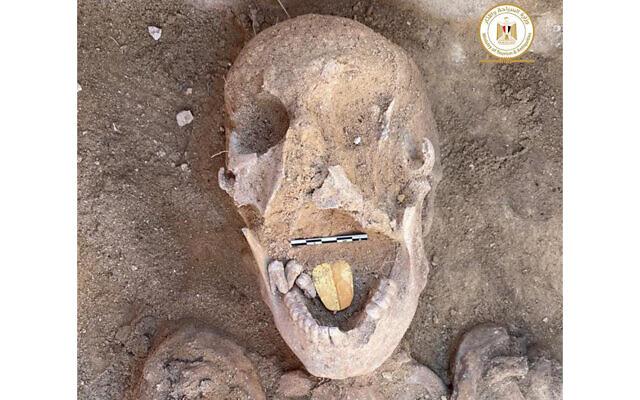 Une momie de 2 000 ans avec une langue en or trouvée près de la ville d'Alexandrie et révélée le 29 janvier 2021. (Crédit : Ministère des Antiquités égyptiennes)