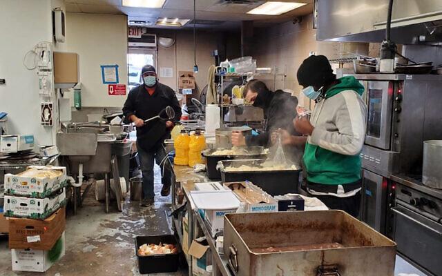 Le Kosher Palate, un restaurant casher de Dallas, prépare des milliers de repas chauds gratuits à servir aux familles orthodoxes touchées par les pannes d'électricité pendant la tempête Uri, le 17 février 2021. (Autorisation : Fédérations juives du Grand Dallas)