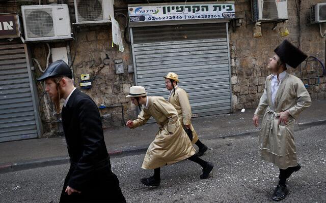 Des juifs ultra-orthodoxes célèbrent Pourim dans le quartier de Mea Shearim à Jérusalem, le 28 février 2021. (Yonatan Sindel/Flash90)
