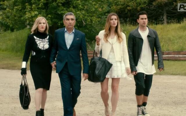 """De gauche à droite : Catherine O'Hara, Eugene Levy, Dan Levy et Annie Murphy dans la première de la série """"Schitt's Creek"""" (Capture d'écran/YouTube)"""
