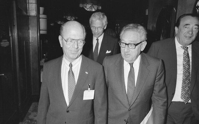 Robert Maxwell, à droite, parle avec Henry Kissinger, au centre, et des responsables hollandais au forum économique mondial d'Amsterdam, le 11 avril 1989. (Crédit : Domaine public)
