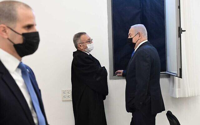 Le Premier ministre Benjamin Netanyahu lors de l'audience de son procès pour corruption au tribunal de district de Jérusalem, le 8 février 2021. (Crédit :Reuven Castro/Pool)