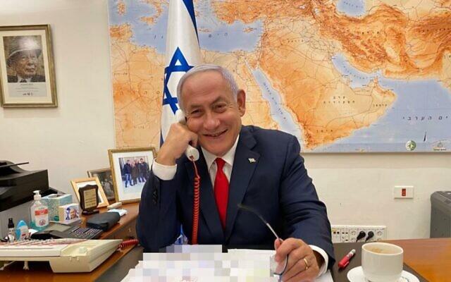 Le Premier ministre Benjamin Netanyahu au téléphone avec le président Joe Biden le 17 février 2021. (Crédit : bureau du Premier ministre)
