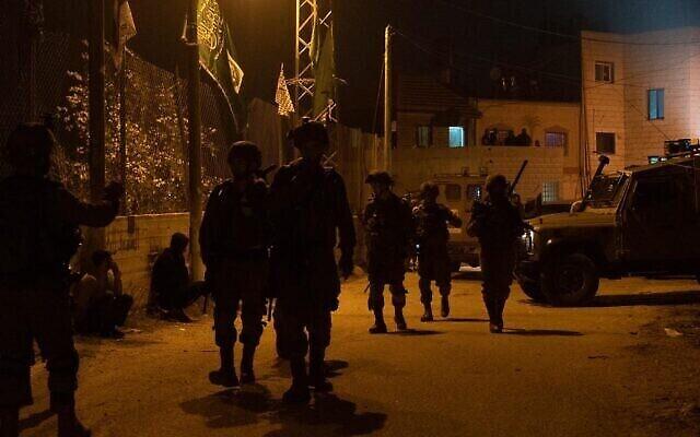 Illustration : des troupes israéliennes effectuent des recherches dans le village central de Cisjordanie de Deir Nidham le 3 janvier 2021. (Armée d'Israël)
