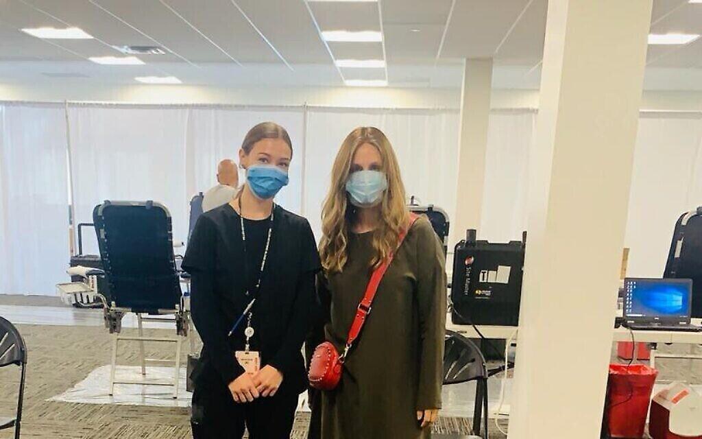 Zeldy Oppen, à droite, avec une infirmière dans un centre Covid Plasma Initiative. (Autorisation)