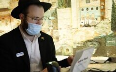 Un homme fait un don de plasma, au Jewish Children's Museum, à Brooklyn, New York, le 27 janvier 2021. (Autorisation / Anash.org)